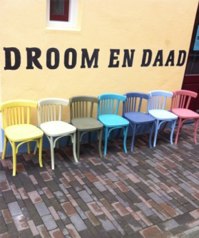 Kleurrijk pallet aan stoelen voor Fooddock in Deventer