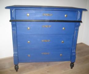 Uit het archief: een oude ladenkast werd prachtig opgeknapt met Napoleonic Blue. Het zwart is origineel. Het houtsnijwerk werd afgewerkt met een goudkleurige metaalpoeder.