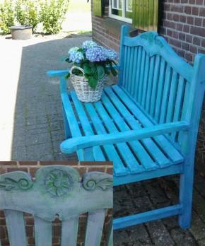 Een oude teak-houten tuinbank werd door Afke opgefleurd met Greek Blue met Provence en Florence en Napoleontic Blue