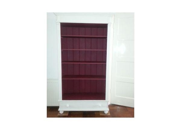 Dit was ooit een ouderwetse grenen boekenkast. Voor de buitenkant werd Pure van Annie Sloan gebruikt. De binnenkant is geschilderd in de kleur Burgundy.