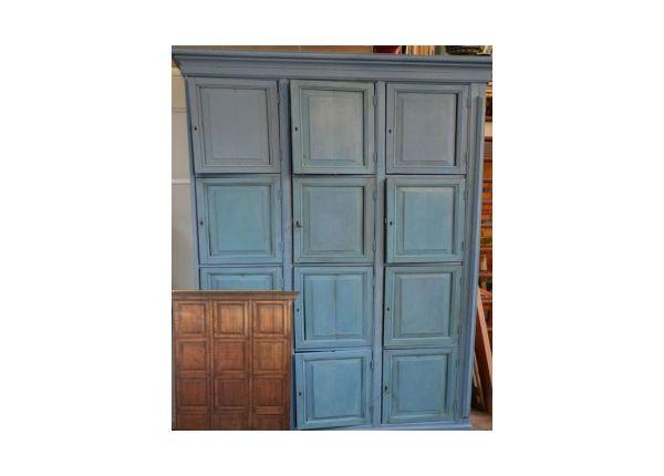 Greek Blue krijtverf op een oude kast die is gemaakt van oude pakkisten uit Indonesië